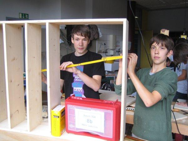 Leon Tann und Rene Bubacz beim Regalbau.