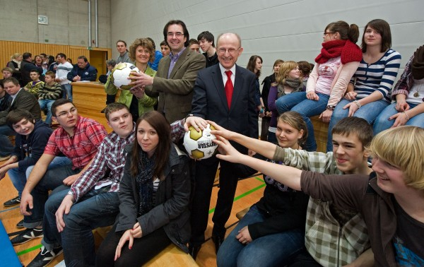 Willi Lemke mit Nichte Eveline Lemke, die den Besuch an unsere Schule vermittelte, und Schulleiter Klaus Dünker